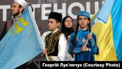 Діти в національних кримськотатарських костюмах під час мітингу до Дня пам'яті жертв геноциду кримськотатарського народу. Київ, 18 травня 2019 року