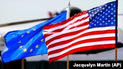 Флаги Евросоюза и США.