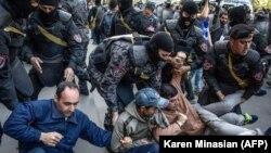 Поліція затримує протестувальників в урядовому кварталі Єревана, 19 квітня 2018 року