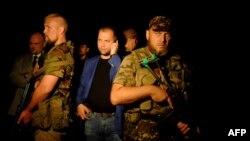 Александр Бородай (в центре). Шахтерск, 17 июля 2014 года.