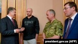 Порошенко (солдо) жана Бабченко (оңдо).