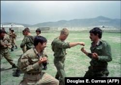 Советские солдаты на тренировке с афганскими бойцами 30 апреля 1988 г., аэропорт Кабула