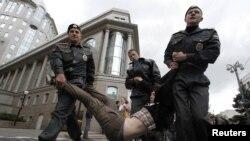 Zyrtarë të Ministrisë së Brendshme Ruse arrestojnë një protestues opozitar (Gusht 2012)