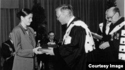 Ariadna Combes la Bruxelles, primind în numele mamei ei, Doina Cornea, diploma de Doctor Honoris Causa a Universității Libere