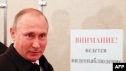 Президент России Владимир Путин на избирательном участке в Москве в день выборов в Думу. 18 сентября 2016 года.