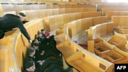 """Пока в молдавском парламенте """"заседает"""" спецназ, охраняя здание от новых потенциальных погромщиков"""