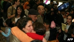 ۴۰ مهاجر يهودی ايرانی شامگاه سه شنبه در ميان استقبال مقام های اسراييلی وارد فرودگاه بن گوريون تل آويو شدند