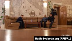 Знімальна група програми «Схеми» проводжає колегу-журналіста Григорія Жигалова і очікує на літак у залі офіційних делегацій
