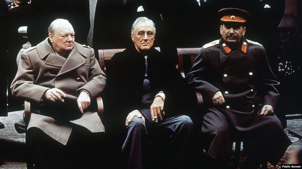 Прем'єр-міністр Великої Британії Вінстон Черчилль, президент США Франклін Рузвельт та радянський диктатор Йосиф Сталін у Ялті, на конференції у Лівадійському палаці, лютий 1945 року
