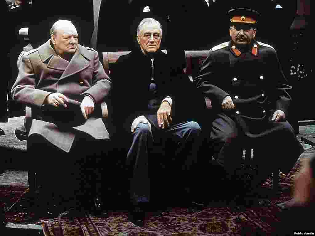 Премьер-министр Великобритании Уинстон Черчилль,президент США Франклин Д. Рузвельт, председатель правительства СССР Иосиф Сталин во время Ялтинской конференции. К моменту проведения Крымской конференции война вступила уже в завершающую стадию. В частности, в Ялте рассматривался вопрос о судьбе Германии. Было принято решение об оккупации и разделе Германии на оккупационные зоны (одна из зон выделялась Франции)