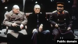 Premierul britanic Winston Churchill, președintele american Franklin Roosevelt și liderul sovietic Stalin la conferința de la Ialta, 4-11 februarie 1945.