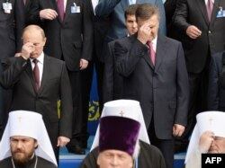 Виктор Янукович и Владимир Путин во время молебна в Киеве. 27 июля 2013 года