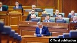 Presidenti, Hashim Thaçi duke nënshkruar betimin