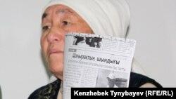 Райхан Туякова, мать осужденного фигуранта «Шаныракского дела» Рустема Туякова, выступает на пресс-конференции. Алматы, 29 ноября 2010 года.
