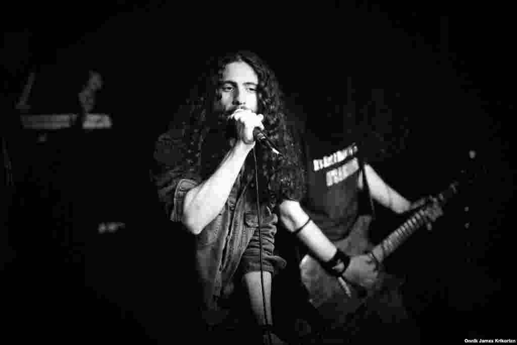 """Цотне Горгошидзе, ведущий исполнитель грузинской альтернативной панк-группы """"Дагдагани"""". Группа отличается от остальных рок-исполнителей тем, что собирает внушительную аудиторию в кафе и ночных клубах."""