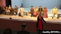 """Нур"" театрында ""Һиҗрәт"" спектакле турында фикер алышуны Гөлнур Усманова алып барды"