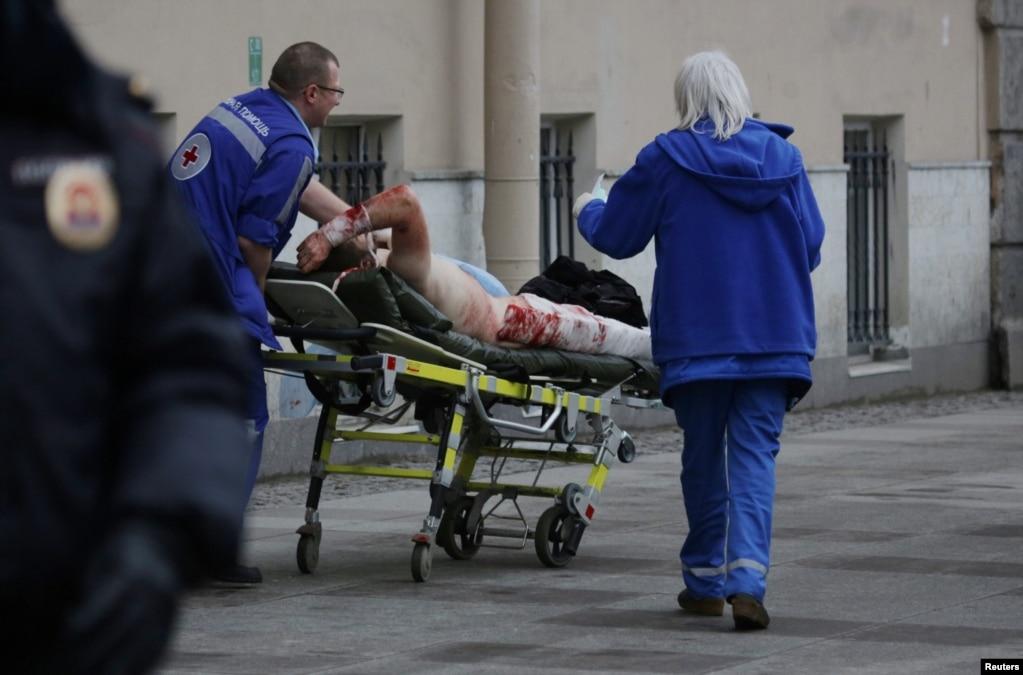 Біля станції метро «Сінна площа»працівники аварійно-рятувальної служби вивозять постраждалого внаслідок вибуху у вагоні потягу