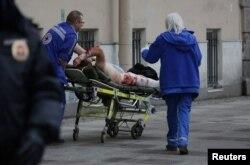Постраждалому надають допомогу біля станції метро «Сінна площа»