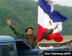 'Srpski nacionalizam je odigrao glavnu ulogu, jer je bio najjači - najviše je bilo Srba. Ali, to ne znači da su ostali nacionalizmi bili samo reakcija na srpski. I srpski nacionalizam je bio u određenoj meri reakcija na ostale.' (Fotografija: Srpski vojnik sa zastavom Jugoslavije, 1999)