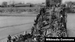 Беженцы на полуразрушенном мосту (фрагмент), 1950 год, корейская война, фотограф: Max Desfor