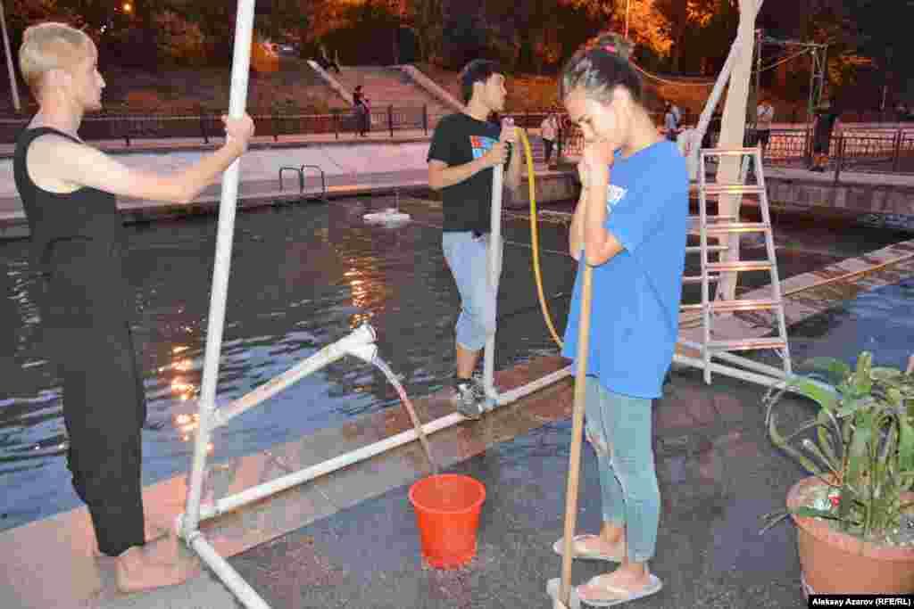 Рядом с мостом студенты из Лаборатории Немецкого государственного театра Казахстана представили перформанс, в котором показали нерациональное использование воды.