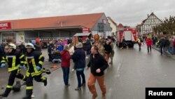 На месте происшествия после того, как автомобиль врезался в карнавальный парад, ранивший нескольких человек в Фолькмарсене, Германия, 24 февраля 2020 года.
