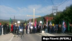 "Demonstranti nose transparente na kojima piše ""Trepča radi, narod živi"""