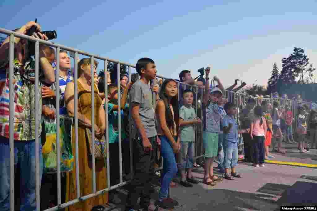 Некоторые дети смогли проникнуть в пресс-зону фестиваля The Spirit оf Tengri через решетки ограждения.