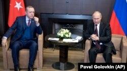 Recep Tayyip Erdogan (solda) və Vladimir Putin Soçidə