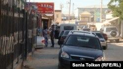 «Құқықтық тәртіп» шарасын атқарып жүрген полицейлер көшедегі адамдарды тексереді. Жаңаөзен, 1 тамыз 2012 жыл.