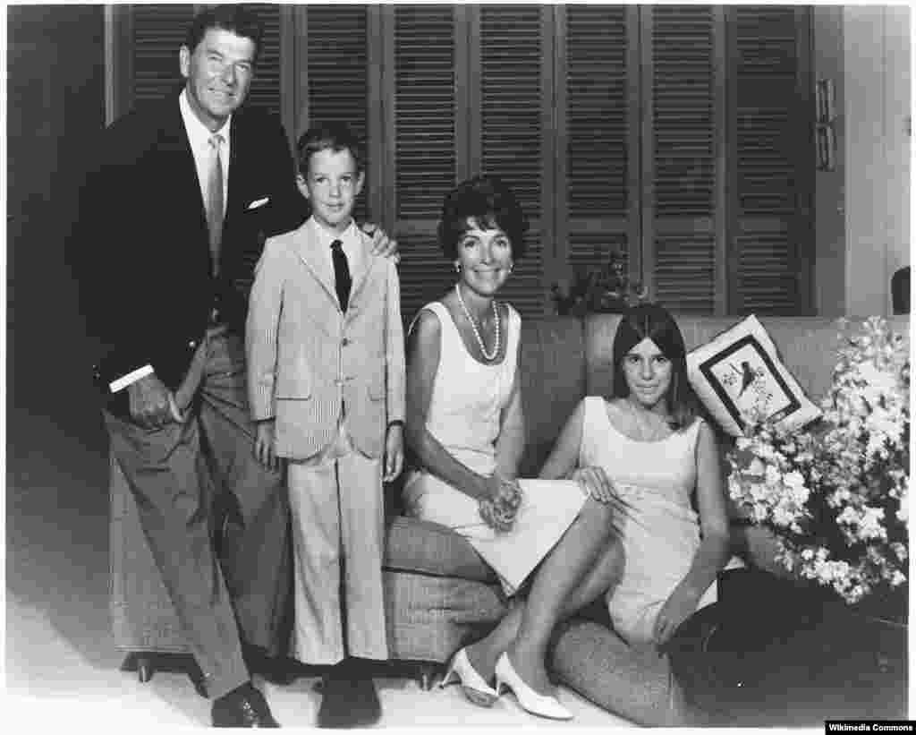 Семья Рейганов, 1967 год. С Роном-младшим и Патти Дейвис.