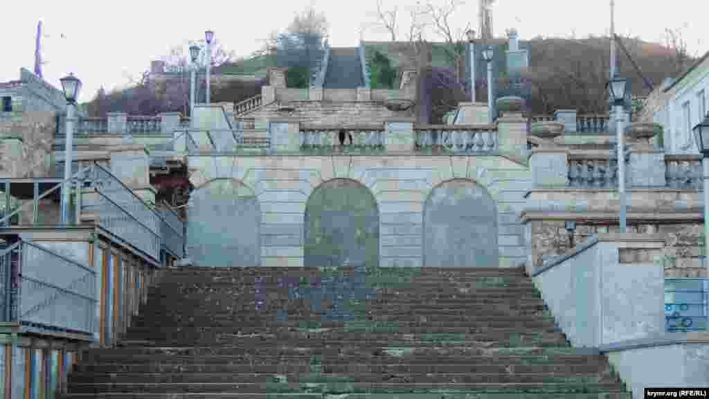 В центре Керчи проходит ремонт разрушенной Митридатской лестницы (Большой), которая поднимается с улицы Театральной на гору Митридат. Ранее там располагался античный город Пантикапей. Лестница насчитывает 436 ступеней, была построена в 1840 году