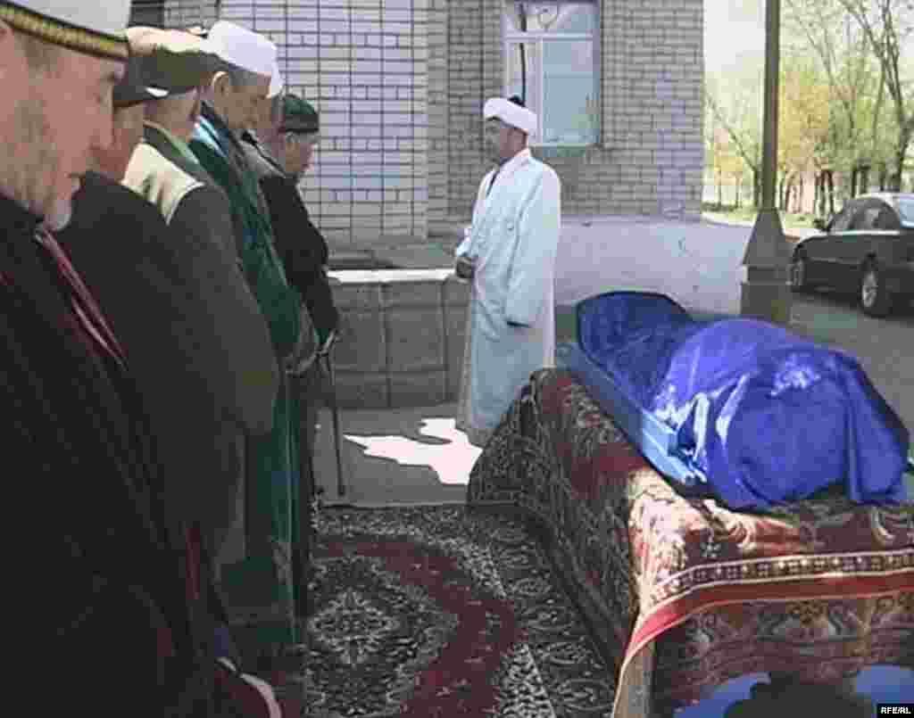 Мулла читает заупокойную молитву по 130-летней Сахан Досовой. Село Майкудук Карагандинской области, 13 мая 2009 года.