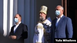 În plan îndepărtat, primarul Chișinăului, Ion Ceban, alături de mitropolitul Vladimir și de președintele R. Moldova, Igor Dodon