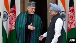 هند--- لومړی وزیر من موهن سینګ له افغان ولسمشر حامد کرزي سره په نوي ډیلي کې روغبړ کوي.۱۲نومبر۲۰۱۳