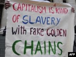 """Parola na demonstracijama """"Okupirajmo Volstrit"""" koje su se proširile i po Evropi, London, 17. oktobar 2011."""