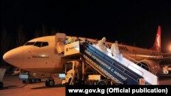 У трапа самолета в аэропорту Бишкека.