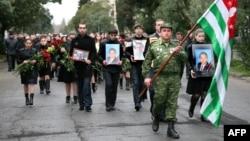 9 марта 2010 года Владислав Ардзинба был похоронен, как и завещал, в родном селе рядом с погибшими бойцами Гумистинского фронта