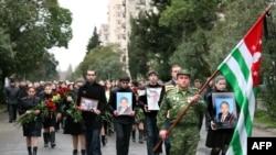 Похоронен Владислав Ардзинба был в его родном селе Эшера Сухумского района