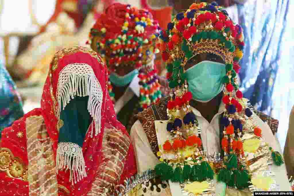 Почти 50 пар пакистанских индуистов посещают массовую свадебную церемонию в Карачи, Пакистан. (epa-EFE/Шахзаиб Акбер)