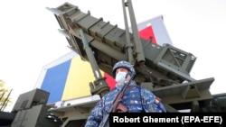 """Романски војник го чува лансерот за ракети """"Патриот"""" во Националниот центар за обука за воздушна одбрана во Капу Миди, архивска фотографија"""