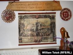 Плакат с изображением Миклоша Хорти, правителя межвоенной Венгрии, на стене ресторана в городке Меркуря-Чук в Трансильвании, населенном в основном этническими венграми