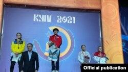 """Айсулуу Тыныбекова алтын медаль тагынды. Киев. 2021-жылдын 28-февралы. (Cүрөт Тыныбекованын """"Фейсбуктагы"""" баракчасынан алынды)."""