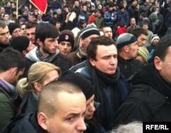 Albin Kurti në mesin e protestuesve...