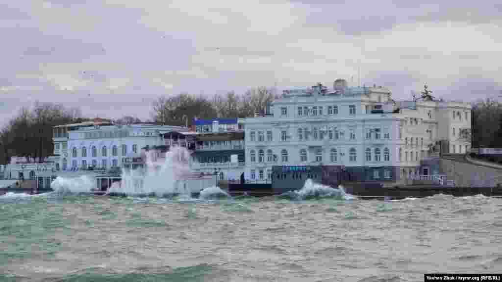 Шторм, ветер и волны: на минувшей неделе в Севастополе разыгрался нешуточный шторм
