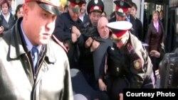 Один из предыдущих арестов Владимира Козлова. Алматы, 14 октября 2009 года.