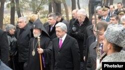 Նախագահ Սերժ Սարգսյանն ու նրան ուղեկցող բարձրաստիճան անձինք Եռաբլուր պանթեոնում: