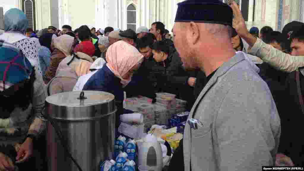 Ярмарка возле мечети в честь Курбан-айта.