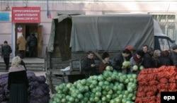 Продаж гародніны каля выбарчага ўчастку ў Данецку
