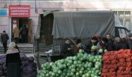 По многочисленным свидетельствам, избирателей на участки привлекали дешевыми овощами - 1 гривна за килограмм картошки, капусты или лука